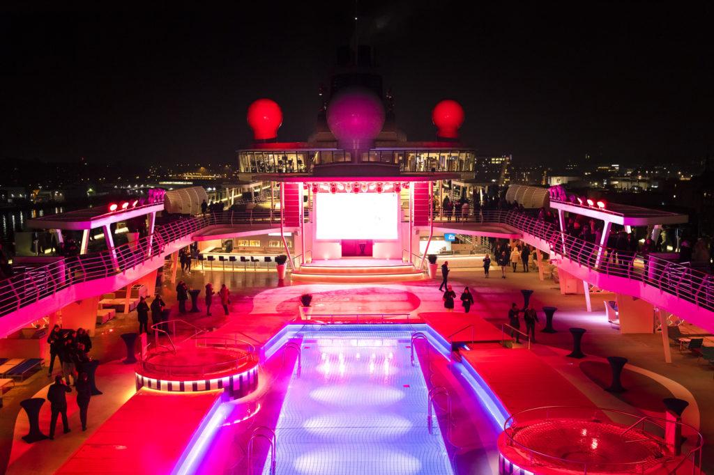 farbenfrohes Schiffsdeck bei Nacht