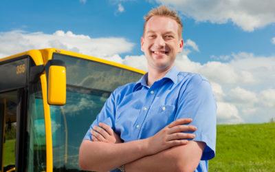 Busfahrer vor seinem Bus